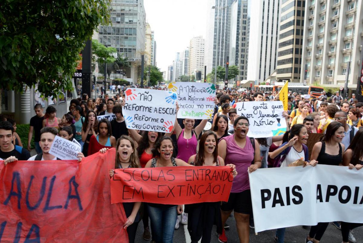 JOVENS PROTESTAM CONTRA FECHAMENTO DE ESCOLAS PÚBLICAS EM SÃO PAULO.