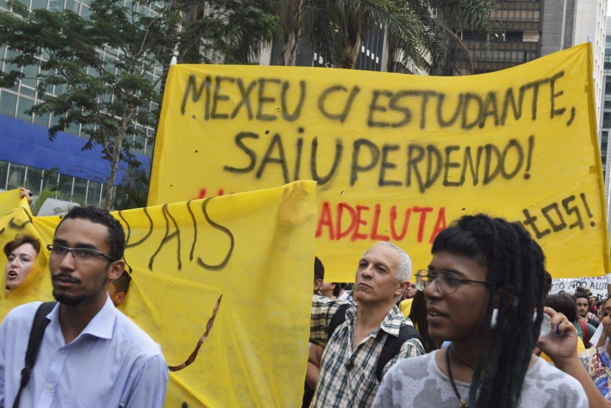 Ato contra a reorganização escolar toma as ruas de São Paulo