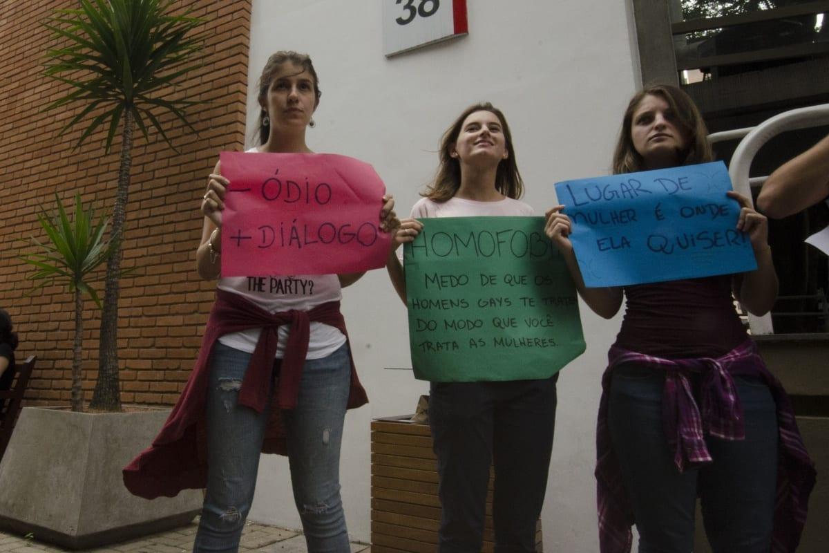 Alunos de Psicologia do Mackenzie se Reúnem Para Manifestar Contra Atitudes Preconceituosas que Acontecem Na Universidade