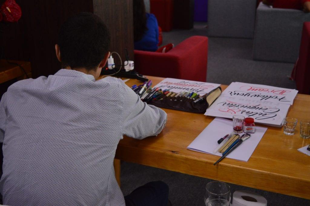 artistas-contratados-para-fazer-artes-para-os-alunos