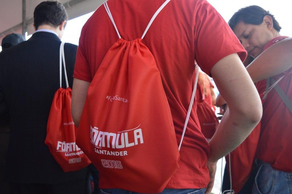 kit-que-os-alunos-receberam-com-camiseta-bone-e-sacochila