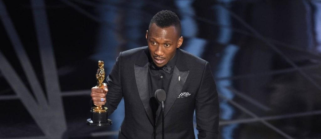 65448253_Mahershala-Ali-accepts-the-award-for-best-actor-in-a-supporting-role-for-Moonlight-at-t