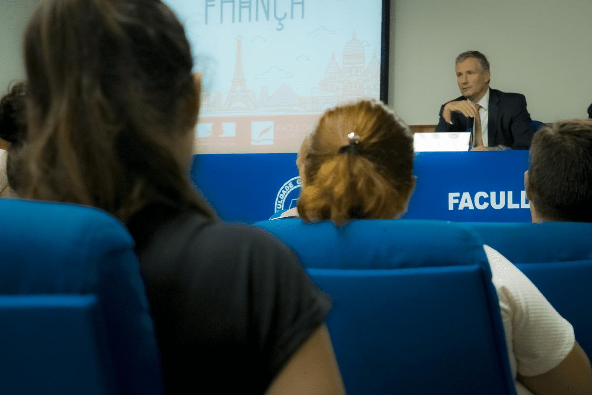 Oportunidades profissionais e política internacional foram temas abordados na visita do Embaixador Francês na Cásper Líbero
