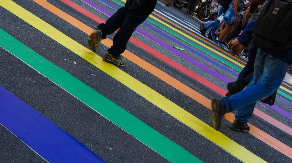 Faixa de pedestre em homenagem ao orgulho LGBT+. 21ª Parada do Orgulho LGBT. Av Paulsta. São Paulo. Elle Fortes