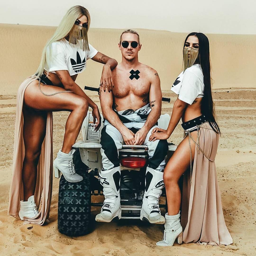Diplo posa entre Pabllo e Anitta no Marrocos