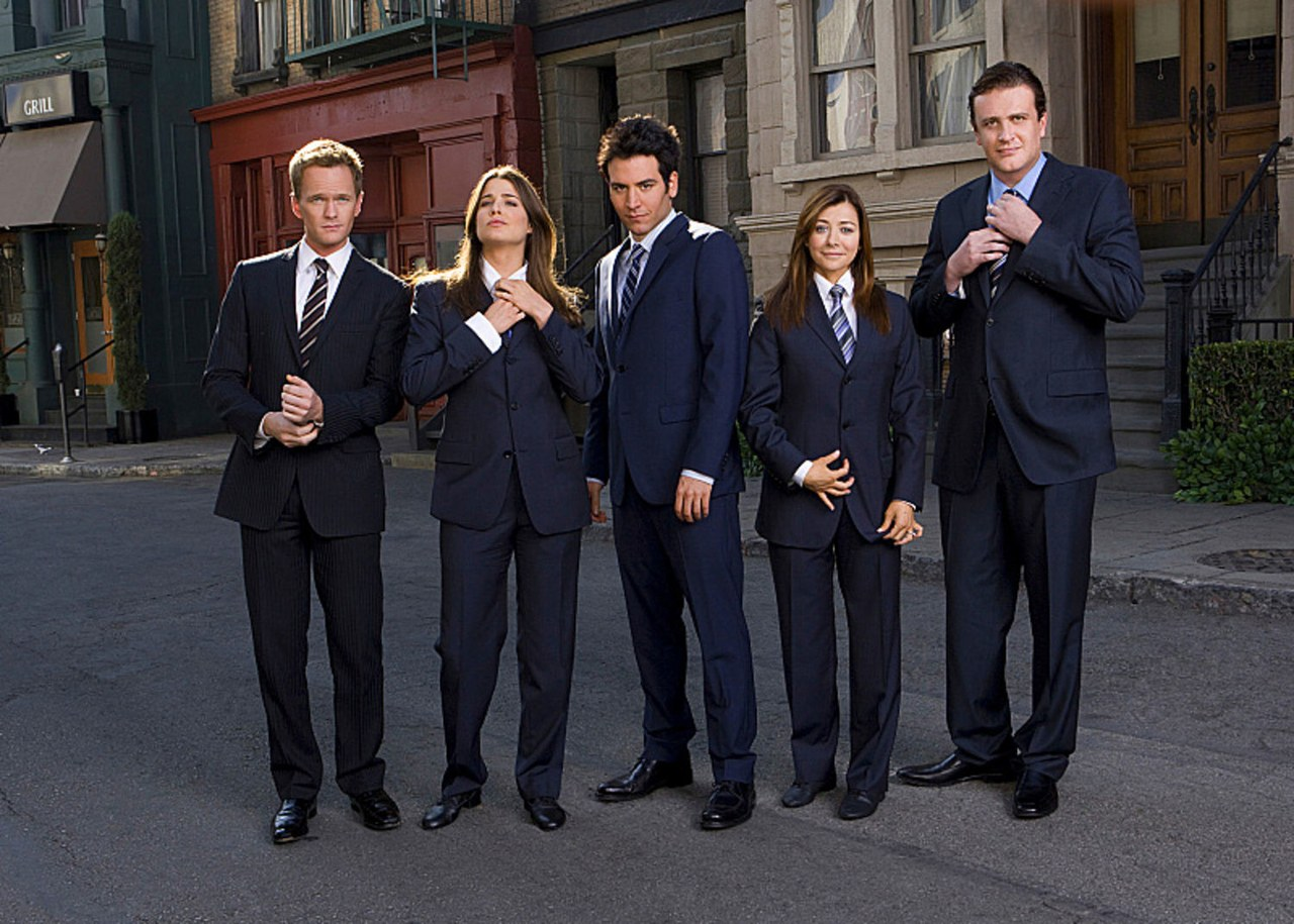 Os protagonistas de How I Met Your Mother vestem ternos na canção Suit Up!
