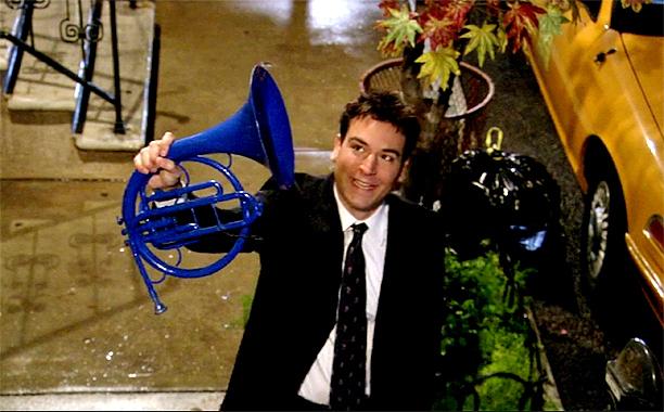 Ted Mosby segura uma Trombeta Azul.