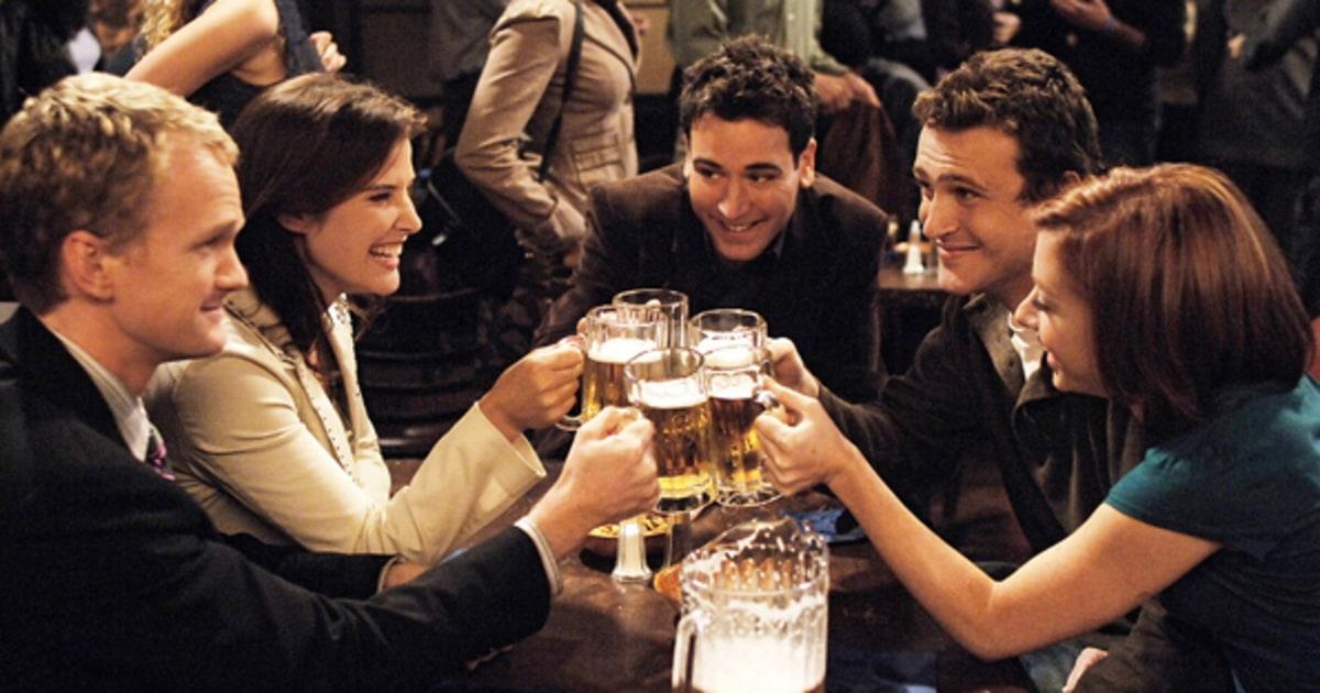Ted Mosby, Barney Stinson, Robin Scherbatsky, Marshall Eriksen e Lily Aldrin sentados em torno de uma mesa, tomando cerveja no Maclaren's Pub, o bar principal de How I Met Your Mother