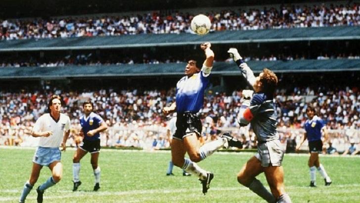 Maradona foi grande personagem do futebol. Ganhou contornos de polêmico e até de Deus, como era conhecido em sua terra natal.