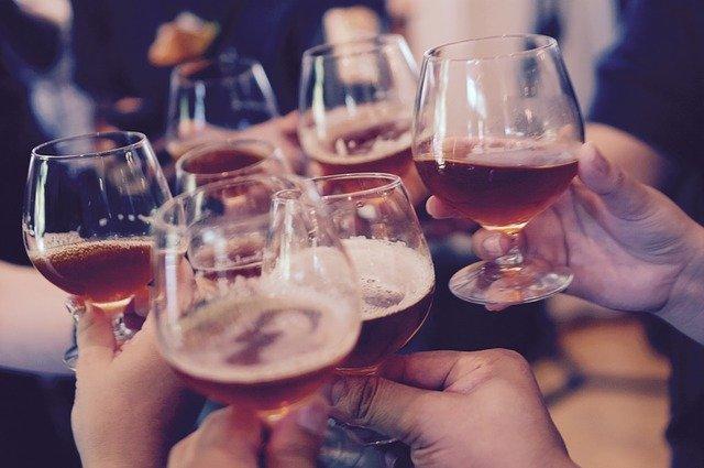 O álcool chega estimula os neurônios a liberar serotonina, que desregula as sensações de prazer, humor e ansiedade.