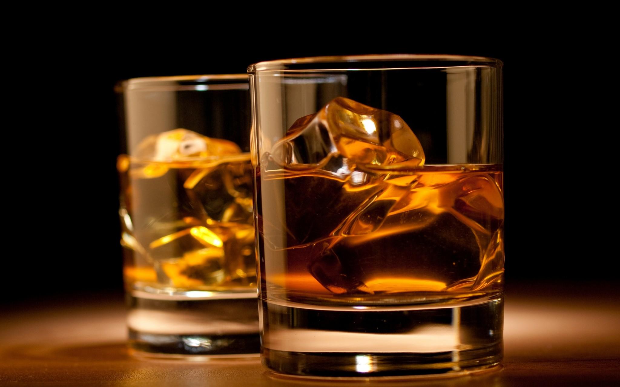 O whisky é uma bebida alcoólica feita de grãos, como os do malte.