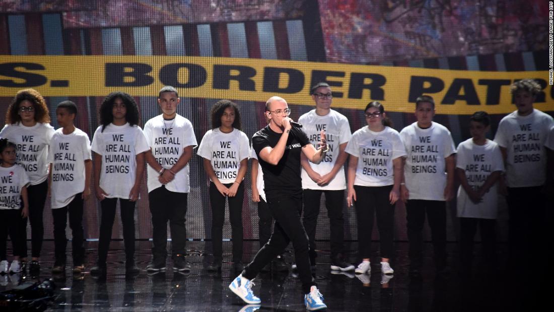 """O """"muro"""" que não separou os imigrantes no VMA"""