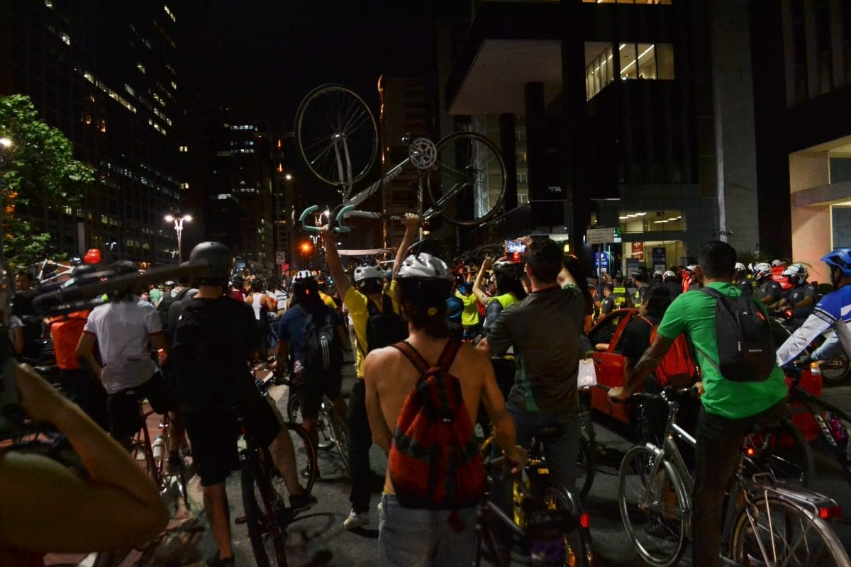 Cicloativistas se reúnem em manifestação contra a remoção de ciclovias