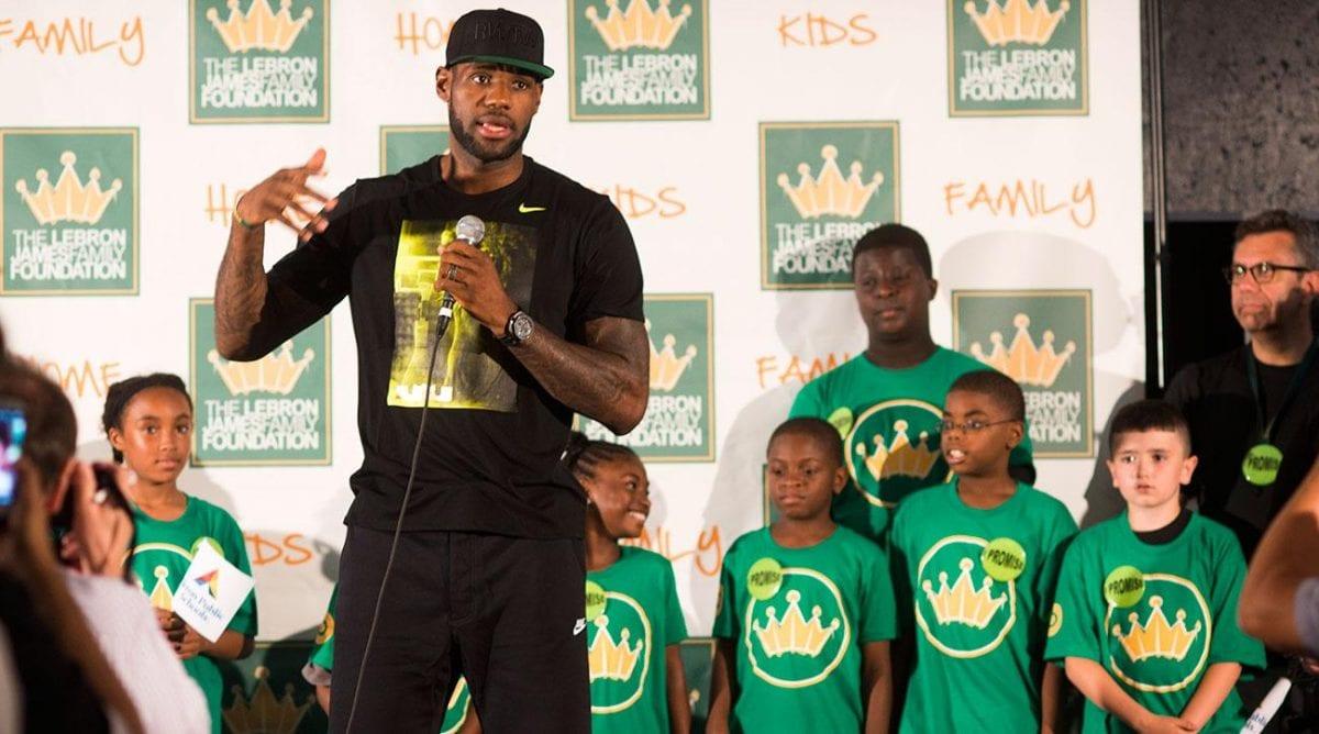 LeBron James: astro nas quadras, herói nas ruas