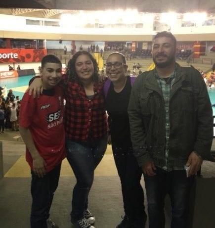 Família da Maria Eduarda Figura Reis em jogo de semifinal de vôlei no Brasil.
