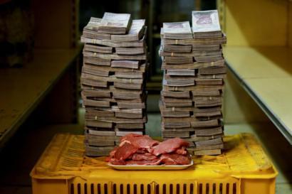 Fotógrafo mostra montanha de dinheiro para comprar itens na Venezuela