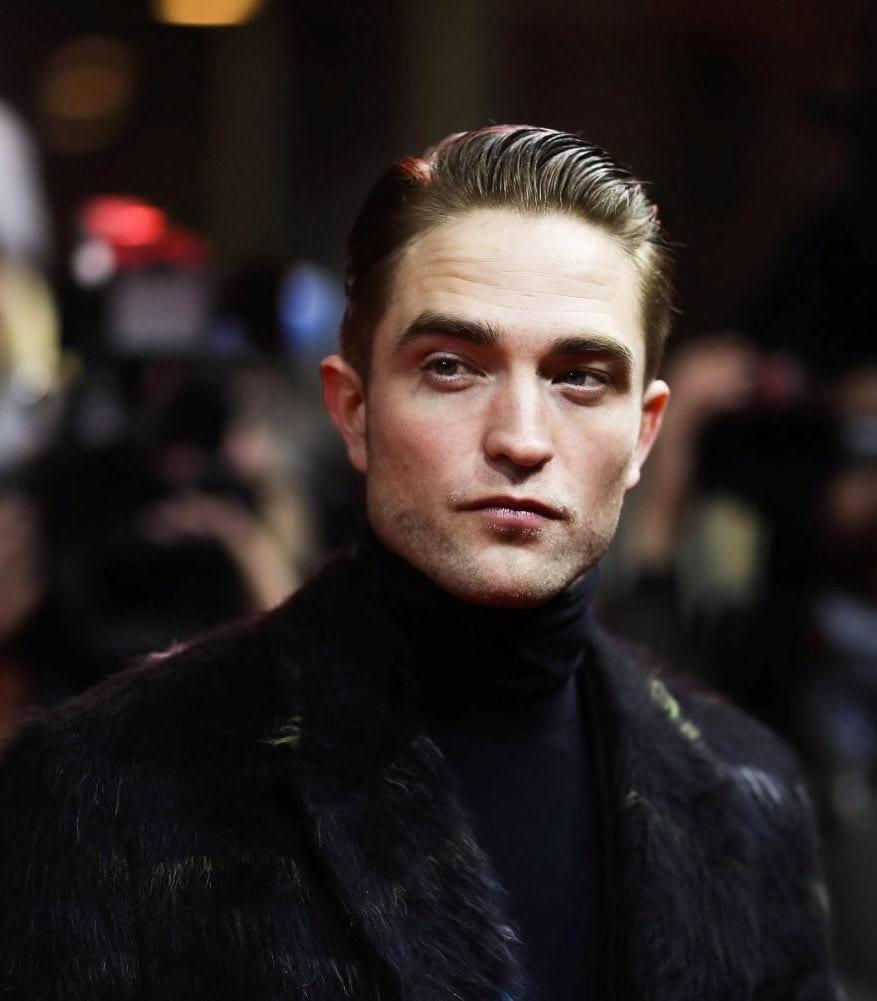 Robert Pattinson testa positivo para COVID-19 e para produções de The Batman novamente.