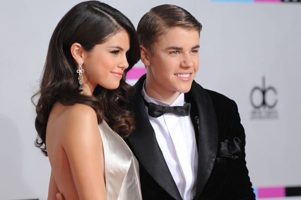 """Justin  """"surta"""" e diz que ainda ama Selena, mas que é apaixonado por Hailey"""