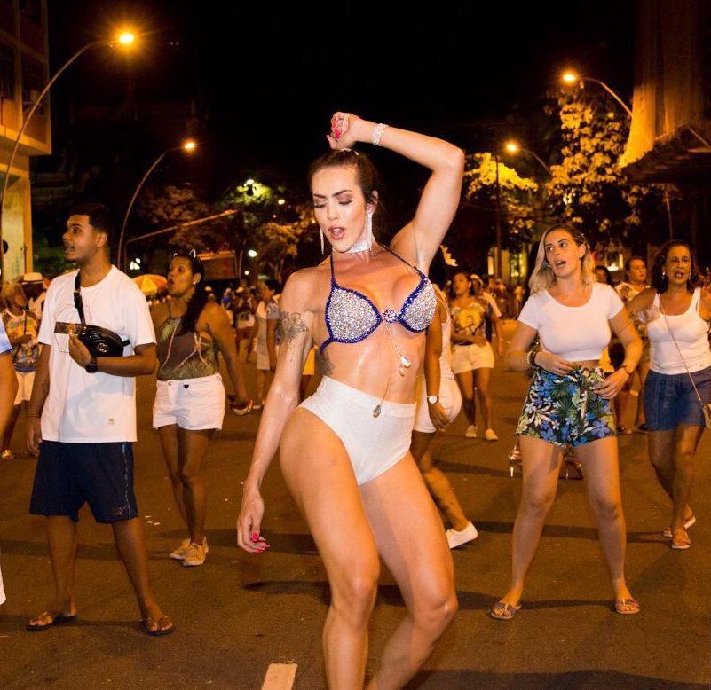 Seguindo o conselho de Anitta, modelo trans revela que beijou muito no carnaval