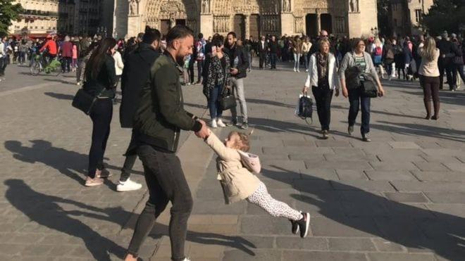 Foto de pai e filha em frente à Notre Dame viraliza no Twitter