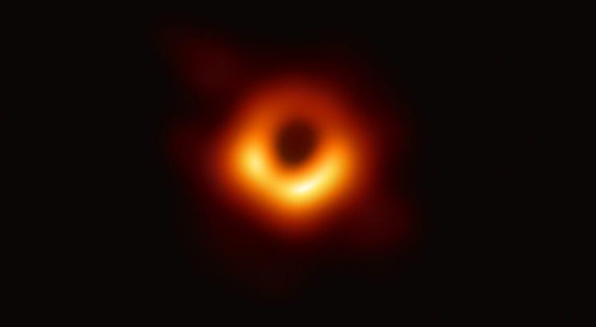 Você está diante da primeira foto de um Buraco Negro!