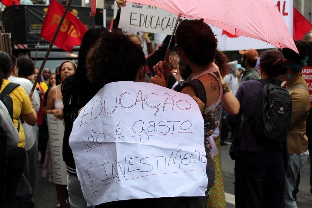 Foto de grupo de estudantes em manifestação contra os cortes na educação em protesto na Avenida Paulista
