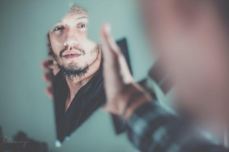 autoestima homem se olha no espelho