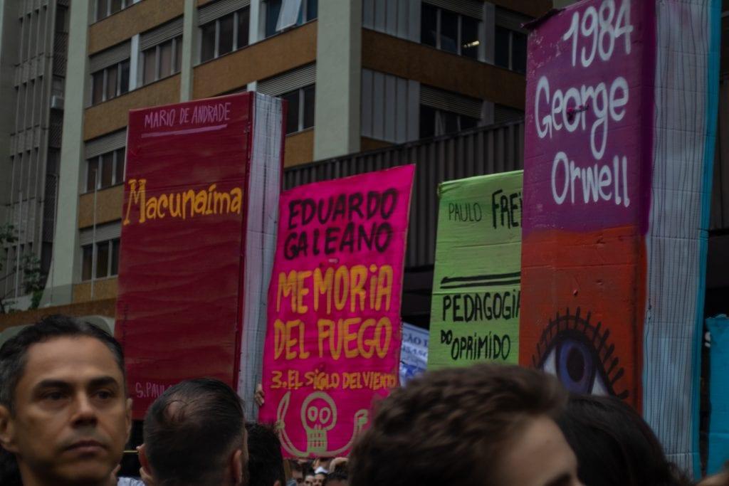 Estudantes em manifestação contra os cortes na educação - Foto: Guilherme Carrara