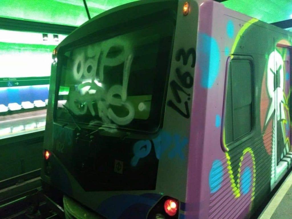 Vagão de metrô pichado na lateral e vidro do maquinista