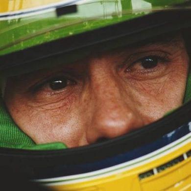 Ayrton Senna vestindo seu lendário capacete amarelo