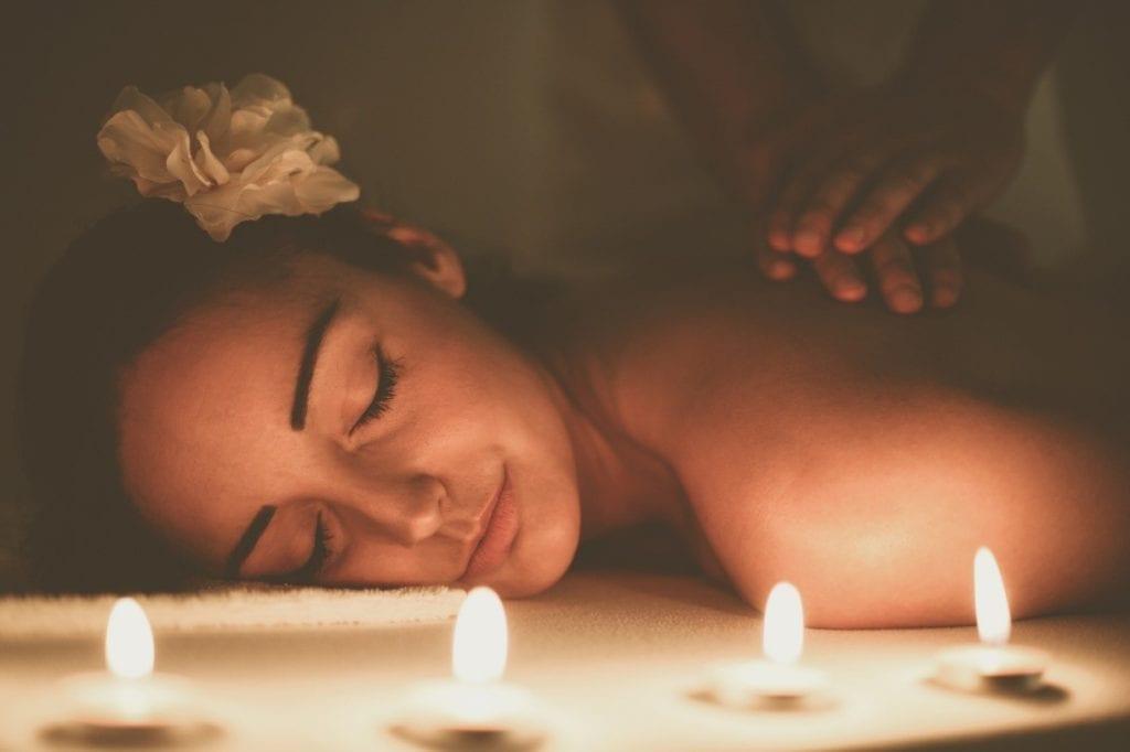 Massagens sensuais são uma ótima pedida para aquecer a relação