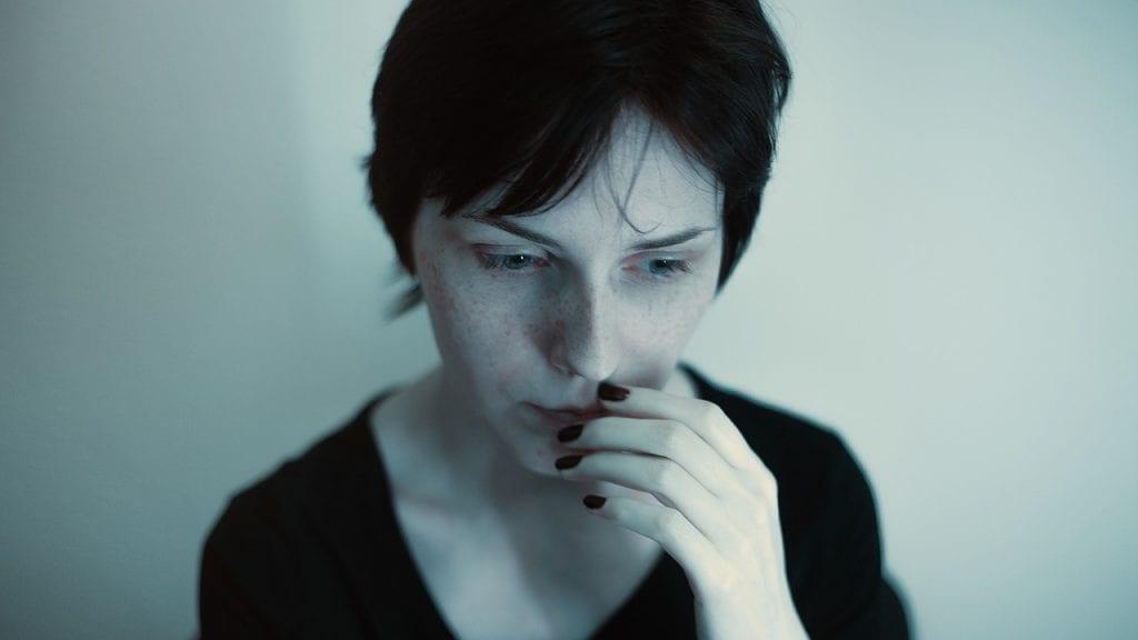 Imagem que retrata pessoa sofrendo de ansiedade e síndrome do pânico