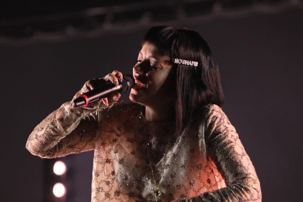Lily Allen faz show com charme e afronta política no Cultura Inglesa Festival em São Paulo