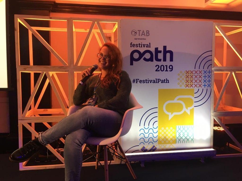 Mellanie Dutra realizando a palestra Realidade uma questão de perspectiva