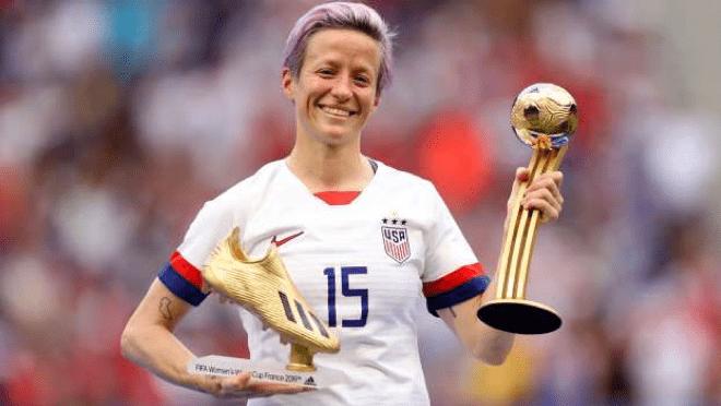 Megan Rapinoe com os prêmios de artilheira e melhor jogadora da Copa do Mundo