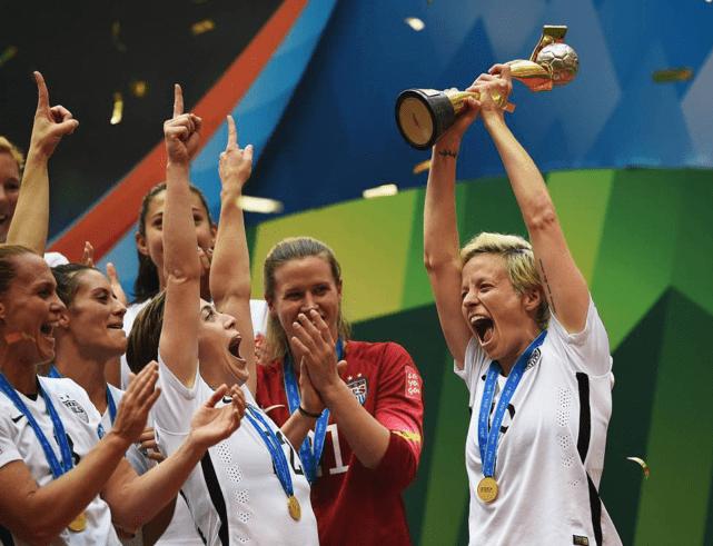Rapinoe comemorando o título da Copa do Mundo de 2015