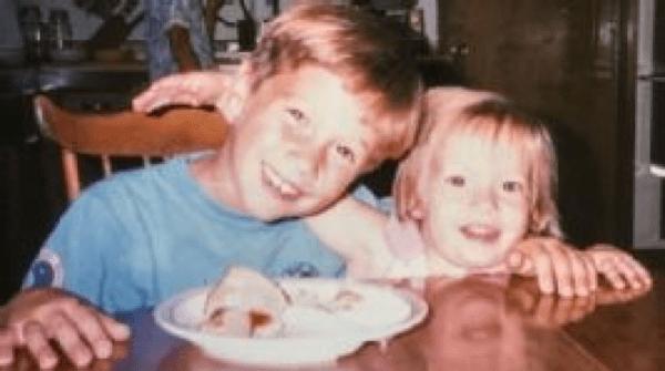 Megan (à direita) e Brian na infância