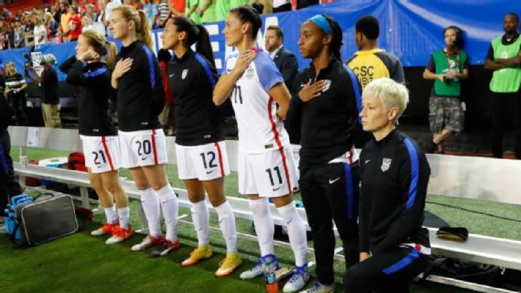 Megan Rapinoe ajoelhada como forma de protestar contra o preconceito racial durante o hino nacional