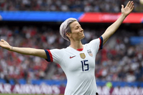 Megan ajoelhada como forma de protestar contra o preconceito racial durante o hino nacional