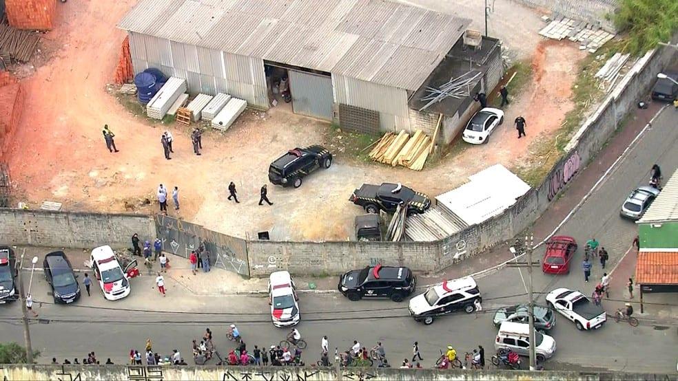Veículos abandonados em galpão na zona leste de São Paulo.