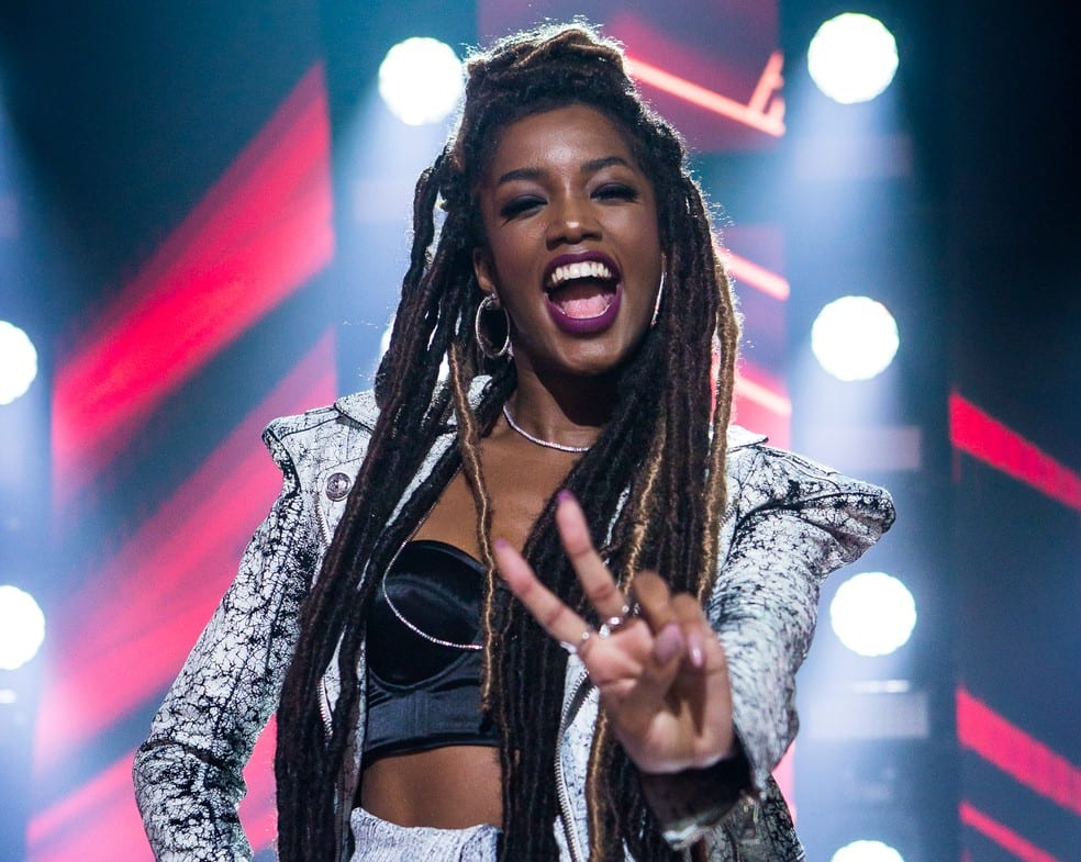 Iza estreia no The Voice esbanjando carisma