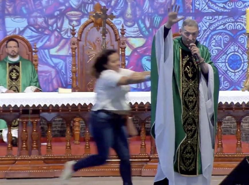 TV Canção Nova: Padre Marcelo Rossi é empurrado do palco ao vivo