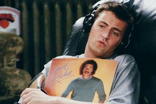 Porque o ator Matthew Perry, Chandler de Friends, está vivendo isolado em Hotel