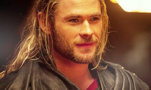 Chris Hemsworth faz aniversário e ganha carinho de atores da Marvel