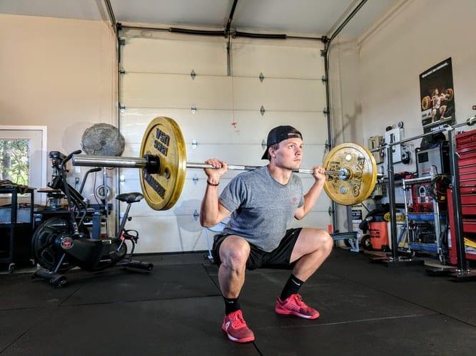 Homem praticando musculação