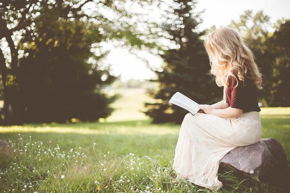 Mulher lendo na natureza