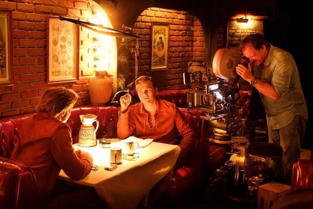 Cena de Era uma vez em...Hollywood dirigida por Quentin Tarantino com Leonardo DiCaprio