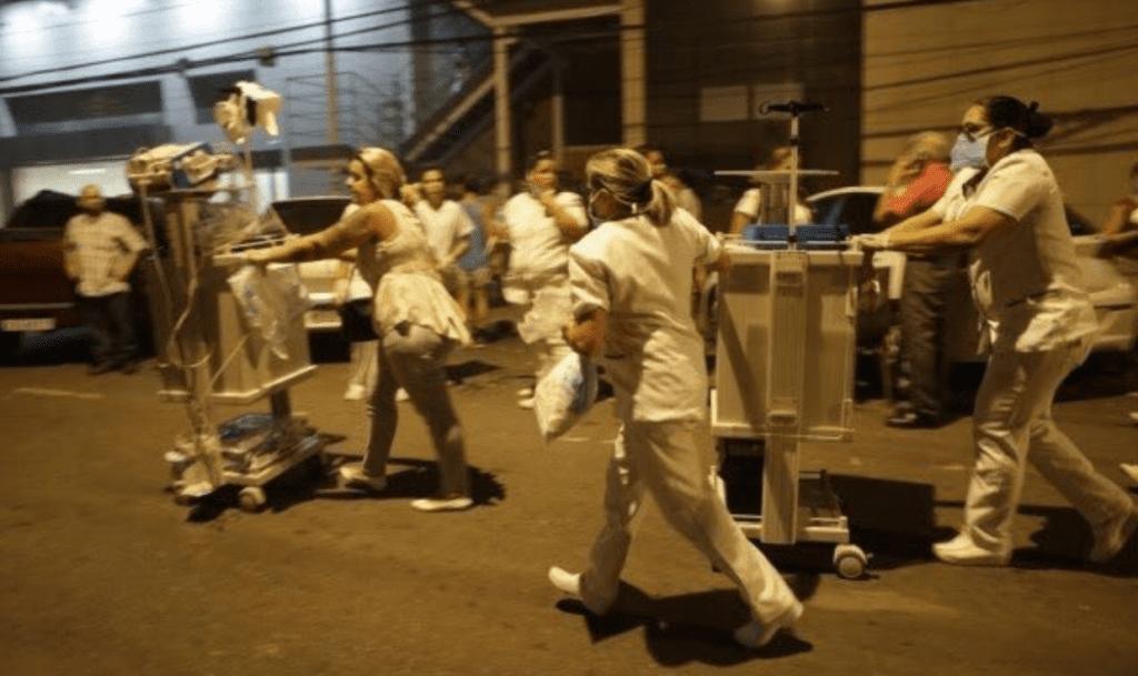 Enfermeiros cuidando dos pacientes nas ruas após incêndio
