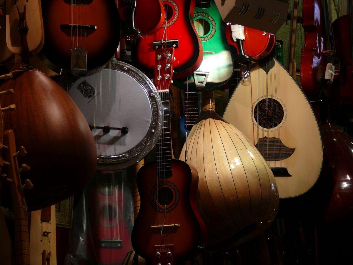 10 benefícios de aprender a tocar um instrumento