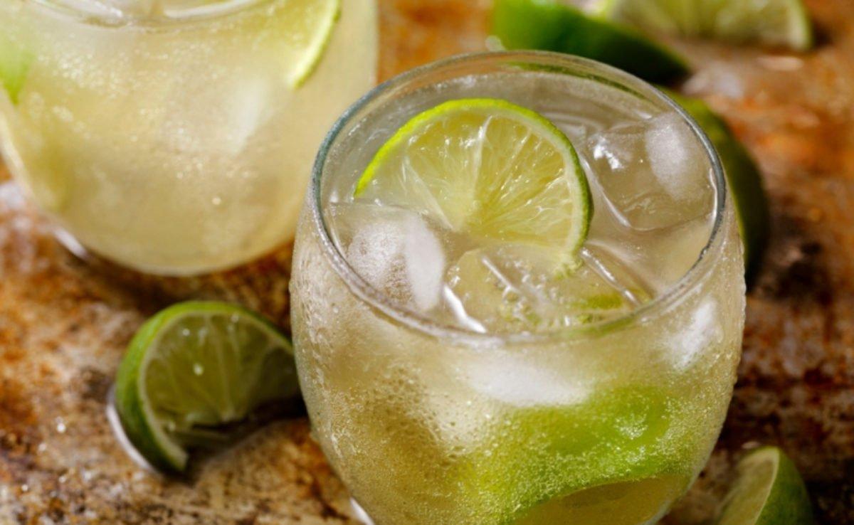A caipirinha de cerveja é uma opção de drink simples para se preparar com bebidas baratas.